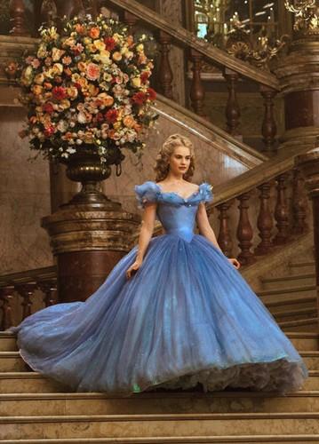 Cinderella-on-the-royal-ball-cinderella-2015-37989672-359-500